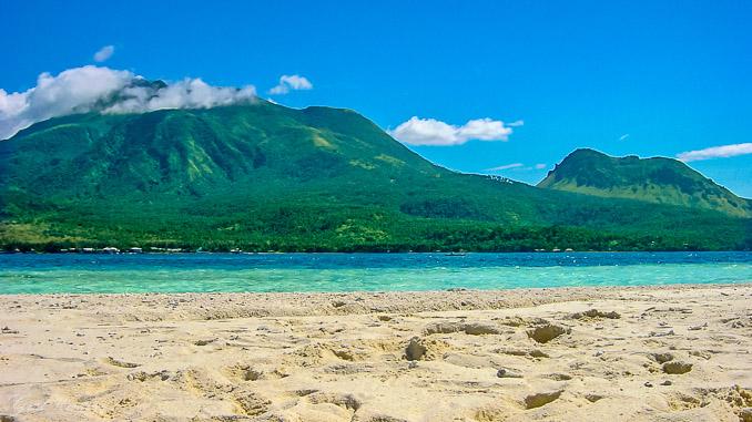 Blick von White Island auf Camiguin, Philippinen