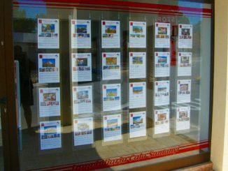 Aushang bei einem Makler: Mallorca Immobilien