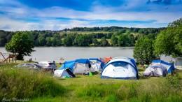 Zelte auf dem Campingplatz am See