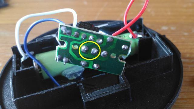 Diese beiden Lötpunkte des Schalters müssen überbrückt werden